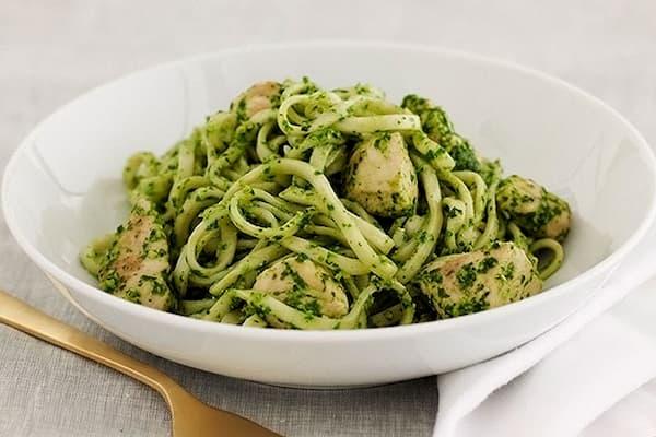 espagueti verde con pollo y chile poblano.
