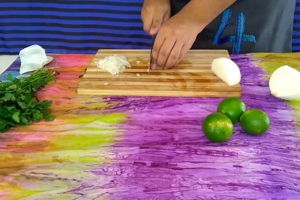 picar vegetales para el salpicon de carne molida