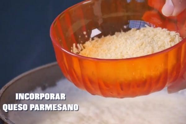 agregando queso parmesano para la salsa alfredo